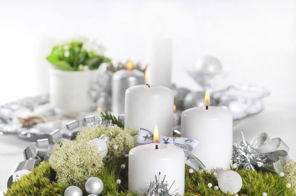 Jularrangemang med levande ljus
